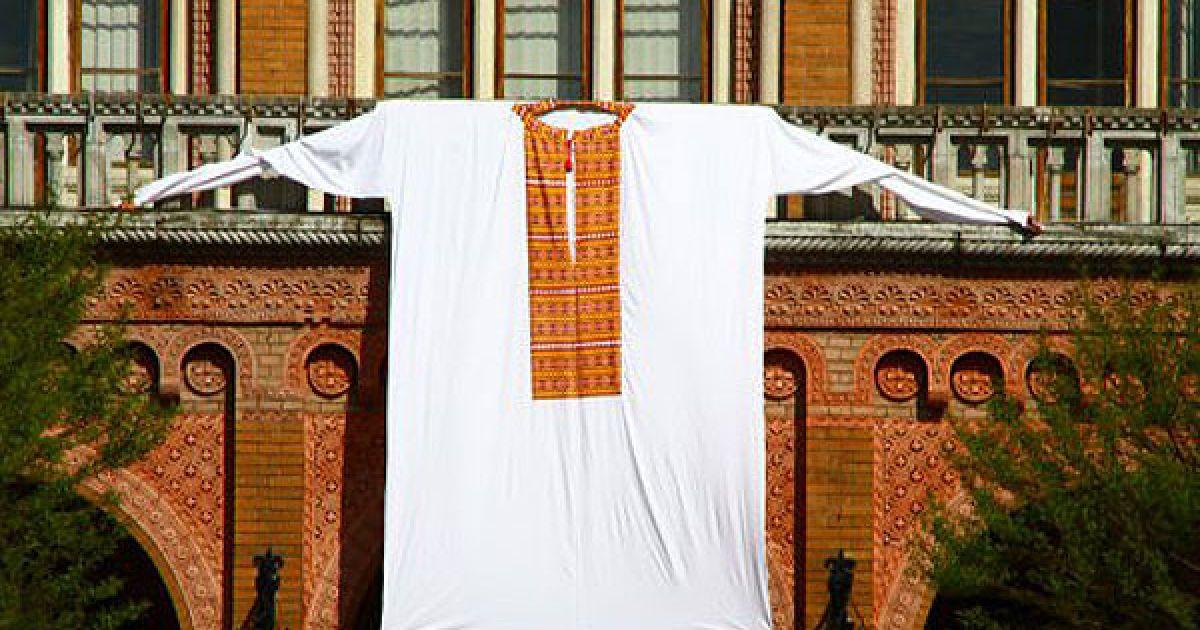 Величезну вишиванку вивісили над входом до будівлі Чернівецького національного університету. @ УНІАН
