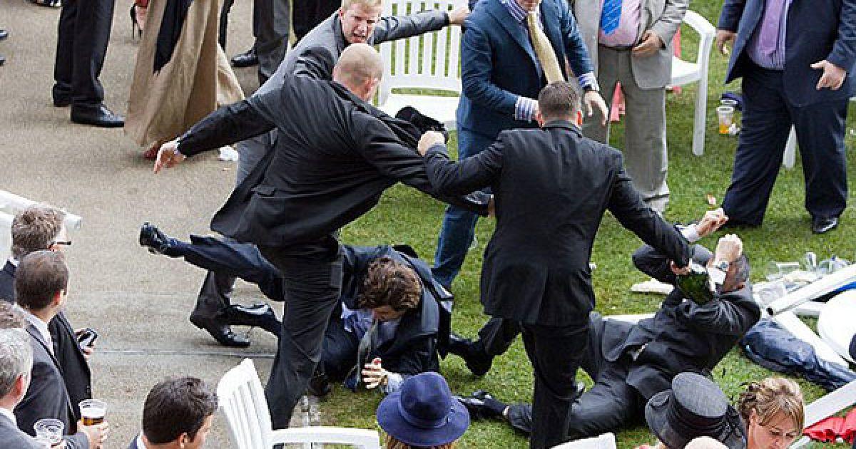 Королевские гонки на День леди, которые проводятся в Великобритании уже 300 лет и всегда были образцом светской изысканности, в этом году шокировали общественность. @ dailymail.co.uk