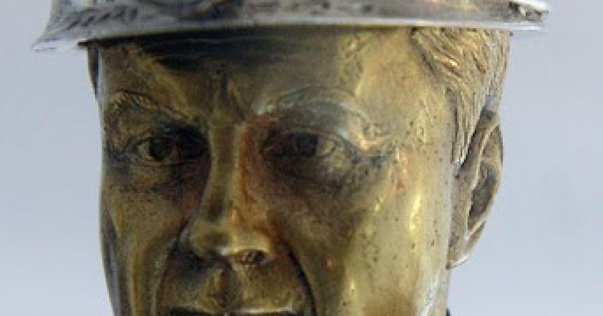 Особливу увагу викликає срібна шахтарська каска на голові президента з діамантовим ліхтариком. @ phylloscopus.livejournal.com