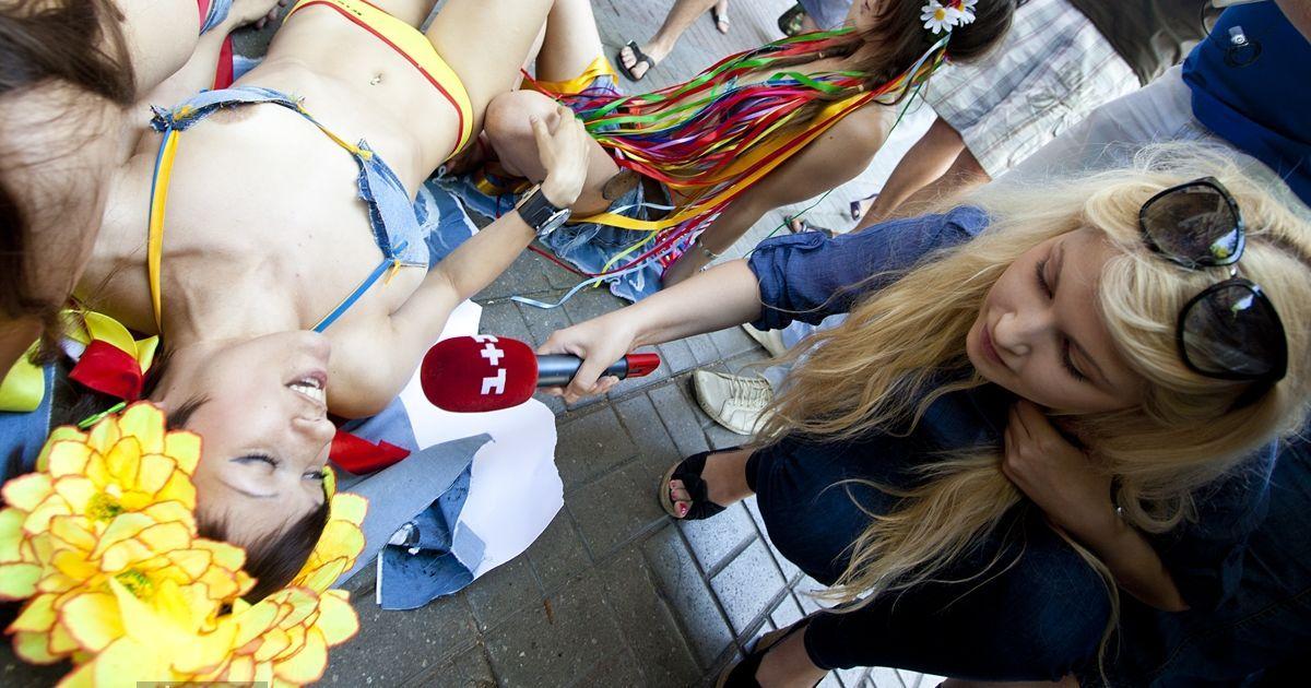 """Женское движение FEMEN провело акцию """"Долой джинсу!"""", посвященную Дню журналистики."""