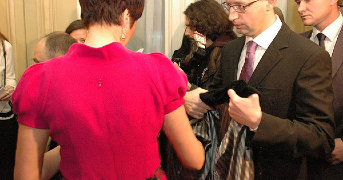 Політик Арсеній Яценюк допомагає дружині. @ ТСН.ua