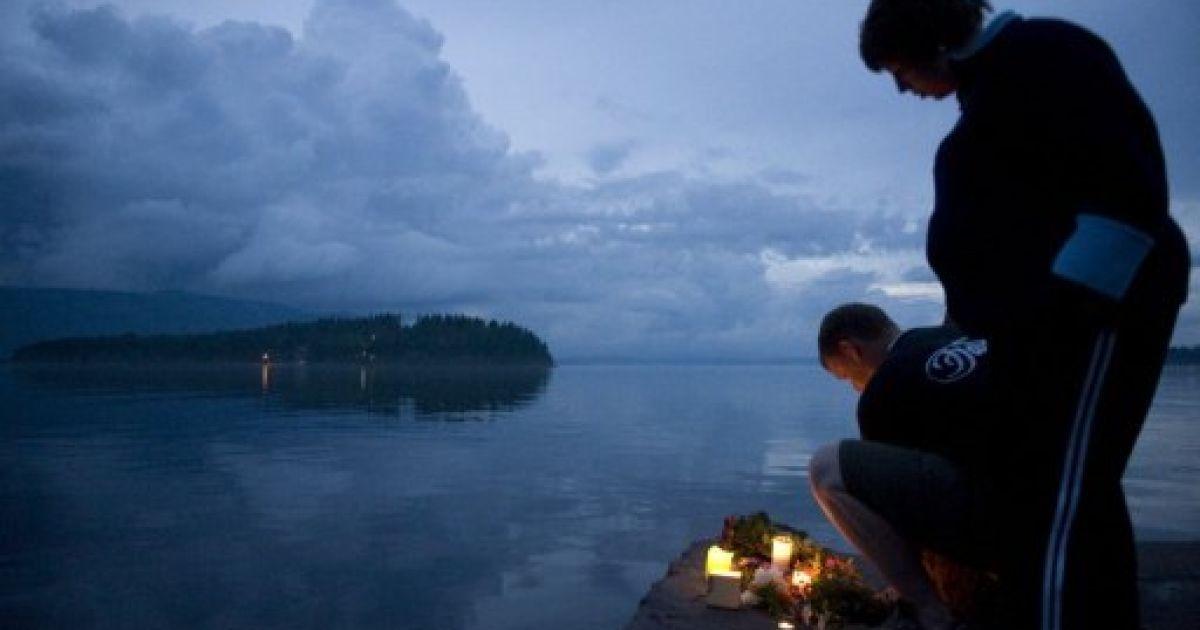 Люди і досі приходять поставити свічка на пам'ять загиблих на острові Утойя @ AFP