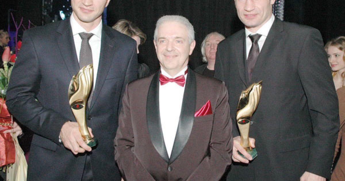 Аркадій Райцин з гордістю країни братами-боксерами Віталієм і Володимиром Кличками. @ ТСН.ua