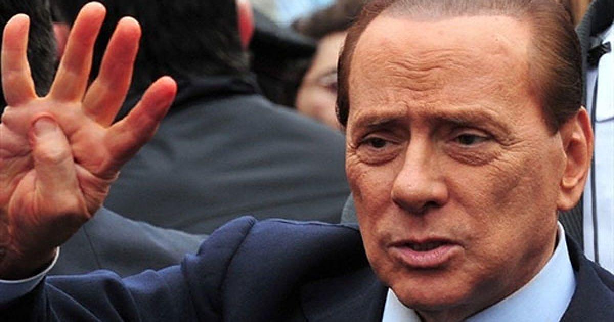 Італія, Мілан. Прем'єр-міністр Італії Сільвіо Берлусконі вітає прихильників після прибуття до суду в Мілані, де слухається його справа за звинуваченням у фінансовому шахрайстві і зловживанні довірою. Берлусконі вперше за 8 років взяв участь у судовому слуханні. @ AFP