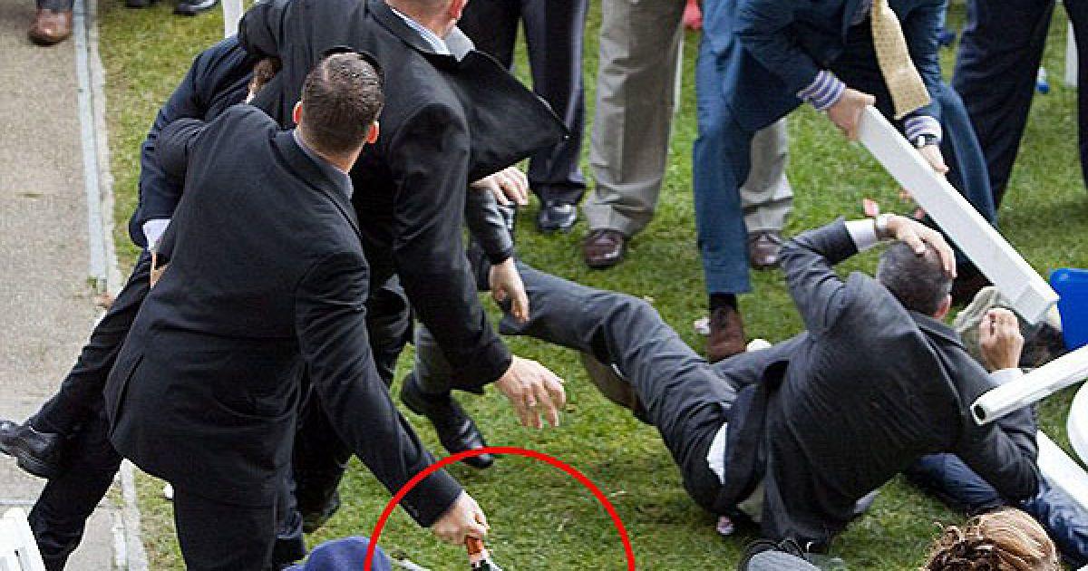 """Драчуны подогревали себя шампанским """"Лаурент Перье"""" по 200 долларов за бутылку. Когда бутылки опустели, они пошли в ход вместе с ножками от разломанного стола. @ dailymail.co.uk"""