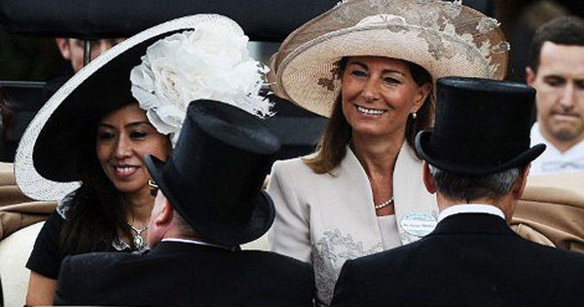 Мать Кейт Миддлтон, жены британского принца Уильяма, также посетила королевские скачки.
