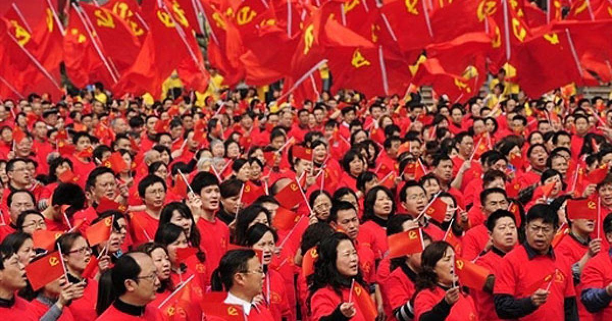 Китай, Чунцін. Більше десяти тисяч людей та їхні сім'ї взяли участь підготовці до святкування майбутнього 90-річчя Комуністичної партії Китаю. Комуністична партія Китаю, заснована у 1921 році, зараз нараховує більше 78 мільйонів членів партії. @ AFP