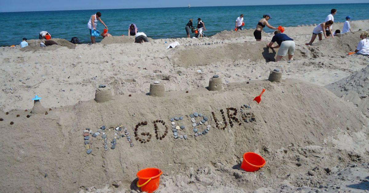 За кілька днів до початку основного будівництва художники з 7 країн звели величезні замки зі спеціально привезеного на пляж піску. @ extreme-insider.de