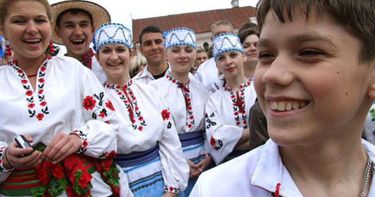 У Чернівцях спробували встановити новий рекорд України за кількістю людей, одночасно одягнених у вишиванки. @ УНІАН