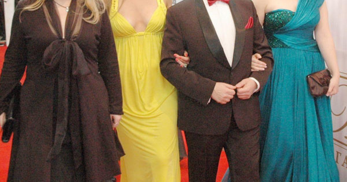 """Засновник премії """"Людина року"""" Аркадій Райцин зі своєю родиною. @ ТСН.ua"""