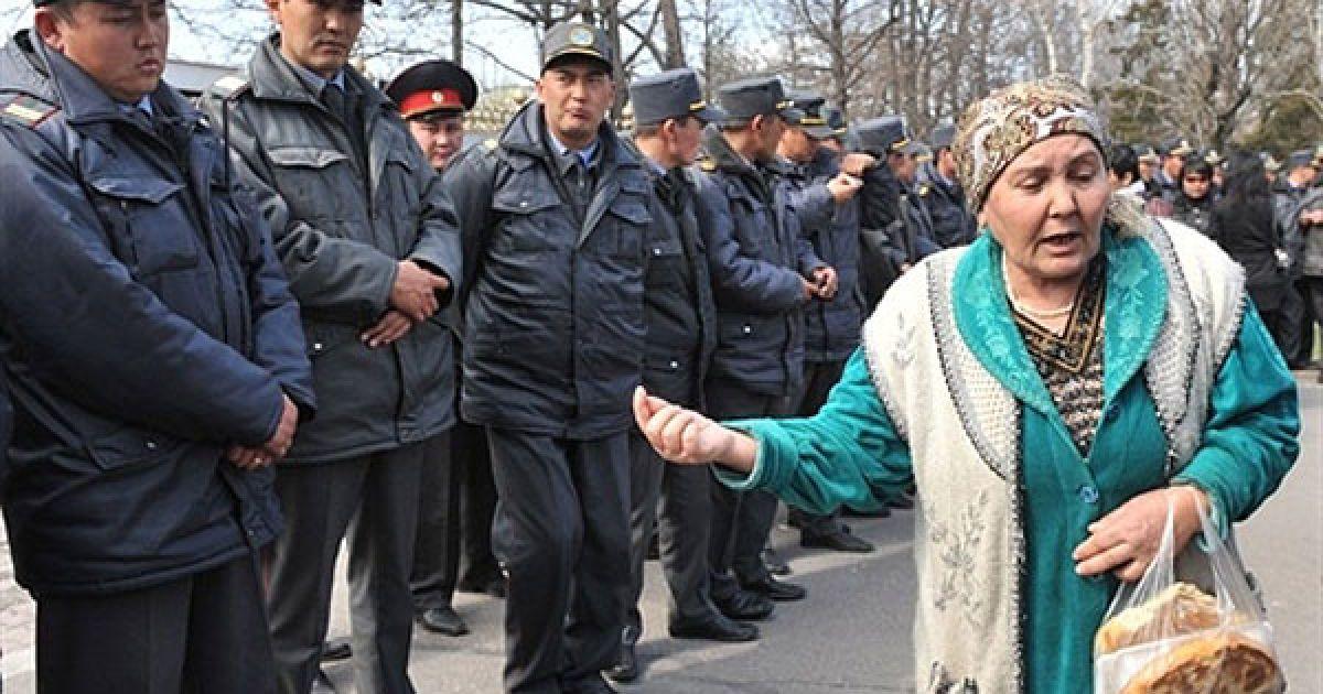 Киргизстан, Бішкек. Родичі ув'язнених, які почали голодування у в'язницях Киргизстану, розмовляють з правоохоронцями під час акції протесту в Бішкеку. Близько 100 людей зібралися перед будівлею уряду у столиці Киргизстану із вимогами помилувати ув'язнених і переглянути їхні кримінальні справи. @ AFP