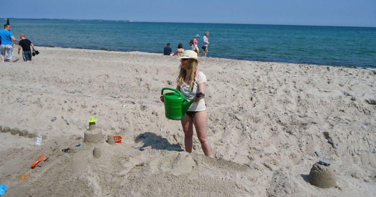 Одні згрібали лопатою пісок, інші відрами носили воду, треті формували художні витвори. @ extreme-insider.de