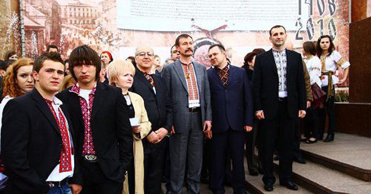 В акції взяв участь голова Чернівецької ОДА Михайло Папієв. @ УНІАН