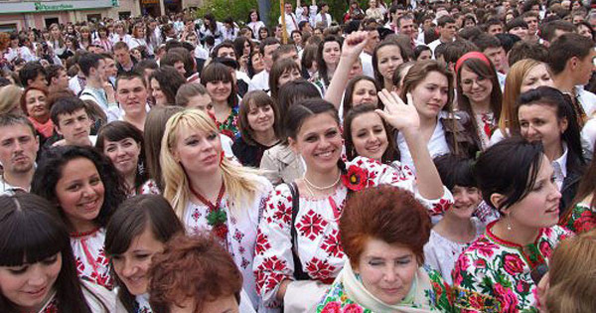 В місті Чернівці провели акцію, метою якої було встановлення нового рекорду України за кількістю одночасно одягнених у вишиванки людей. @ УНІАН