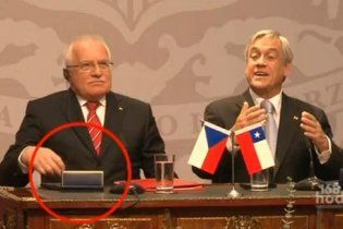 Президента Чехии сняли на видео, когда он воровал ручку