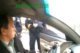 Свавілля у ДАІ: інспектор обізвав водія і силою витягнув з автомобіля (відео)