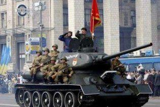 На Хрещатику червоний прапор несли попереду державного