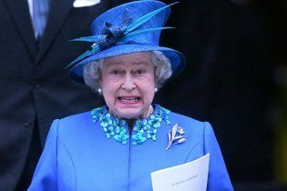Британська королева Єлизавета II та її капелюшки