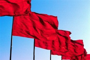 Свободівці на Хрещатику відбирають прапори в комуністів