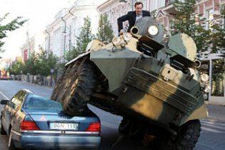 Мэр Вильнюса на БТР раздавил неправильно припаркованный Mercedes (видео)