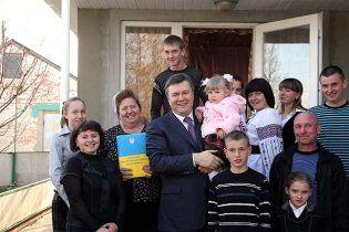 Янукович подарував фермеру трактор і поскаржився на долю