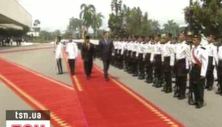 Янукович прилетел в гости к султану Брунея