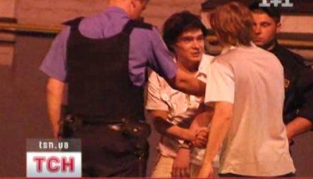 Молодой человек пытался встать на голову перед милиционерами