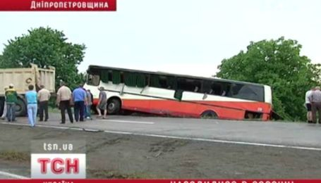 Автобус з дітьми вилетів у кювет