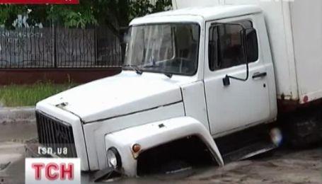 На Кіровоградщині під землю провалюються автівки