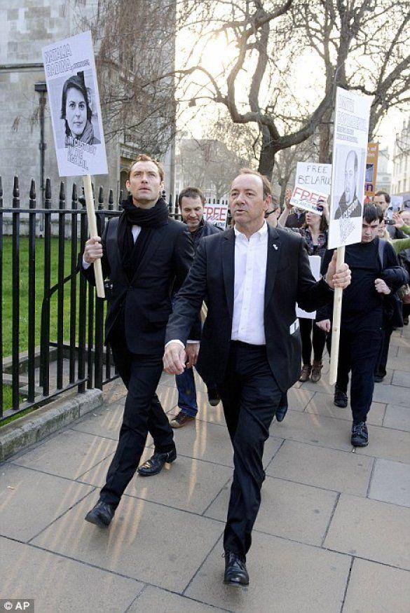 Кевін Спейсі і Джуд Лоу протестують проти президента Білорусі_5