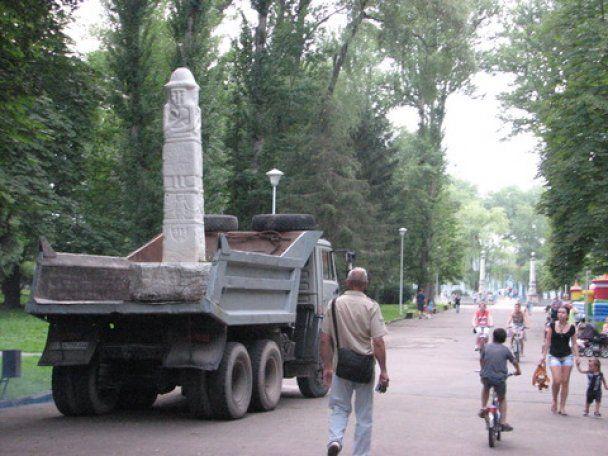 У Тернополі демонтували незаконно встановлену скульптуру язичницького бога