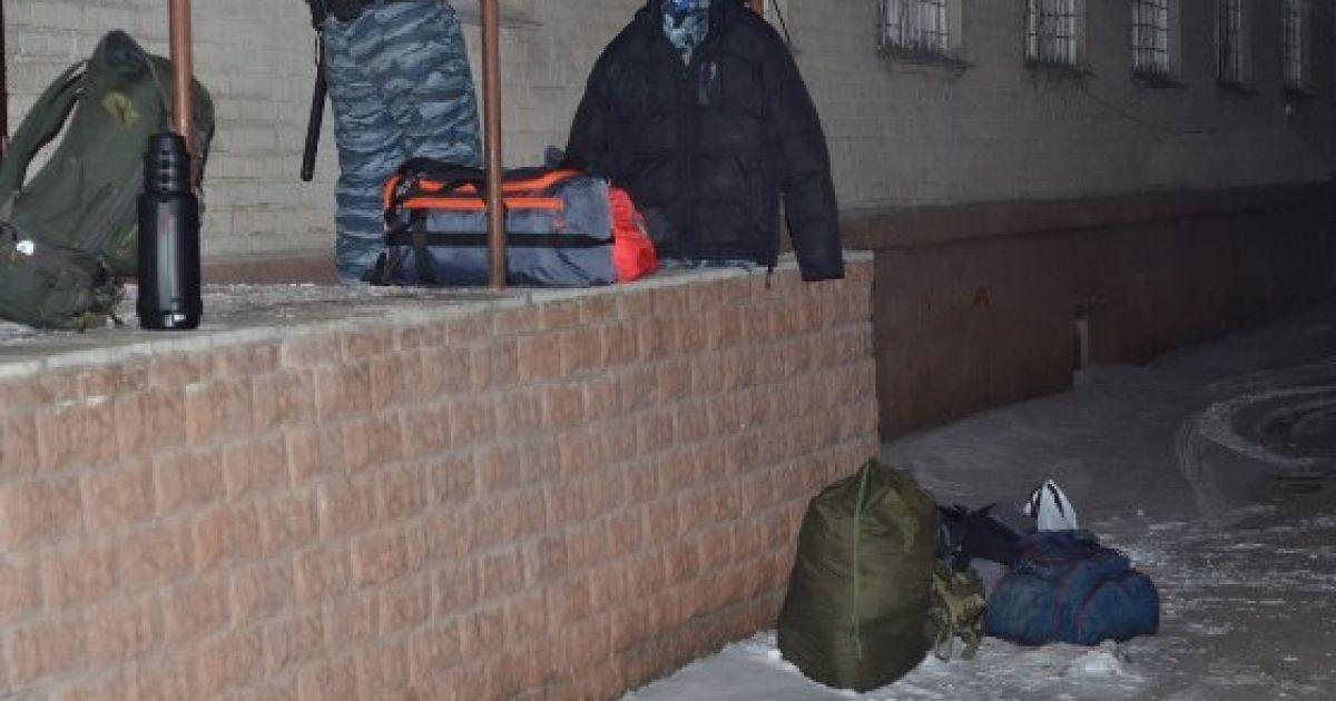 """Их не выпускали с территории местной базы """"беркутовцев"""" на Видинськой, 5 @ charivne.info"""