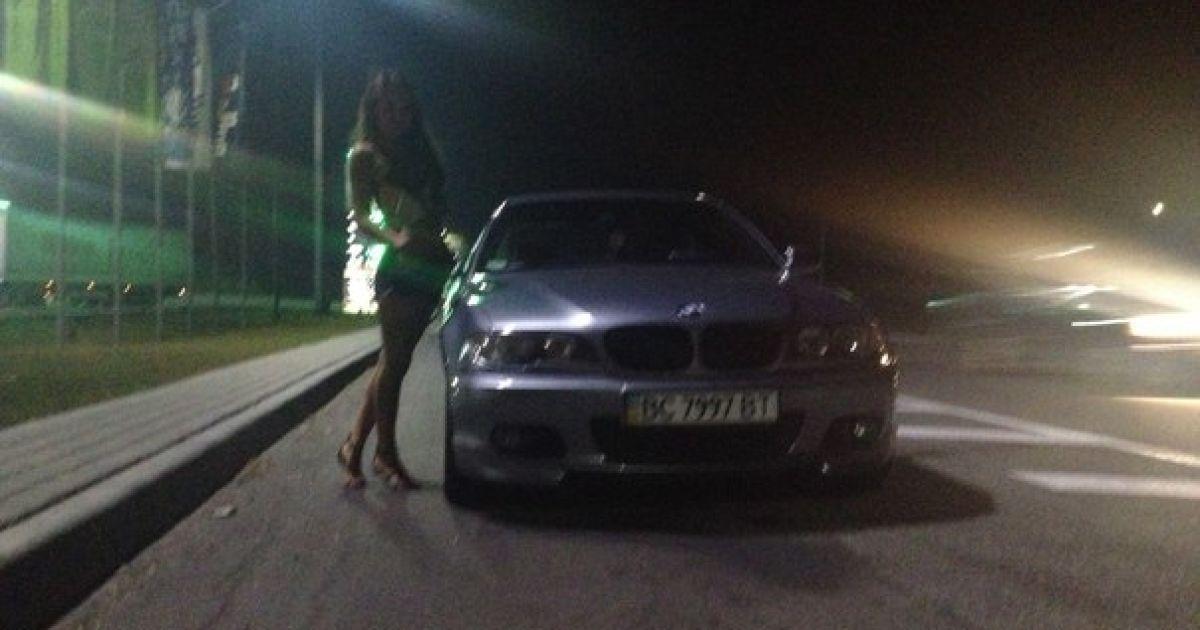 18-річна Мар'яна полюбляє фотографуватися біля дорогих авто @ Facebook/Марьяна Махніцька