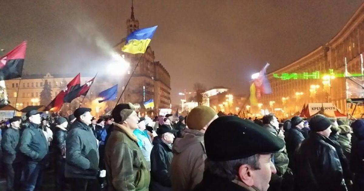 Біля сцени вночі зібралося чимало людей @ adme.ru