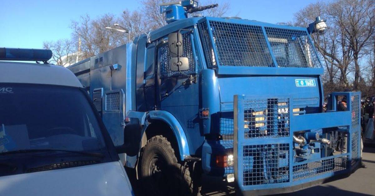 Демонстранты захватили грузовики силовиков на Грушевского @ Facebook/Ольга Лаппо