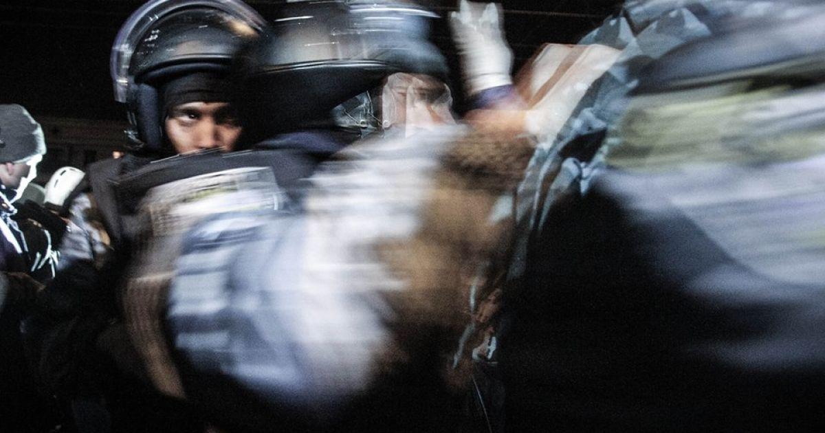 """Избавляться от масок и шлемов бойцам """"Беркута"""" приходилось в давке @ facebook.com/Mefistoff"""