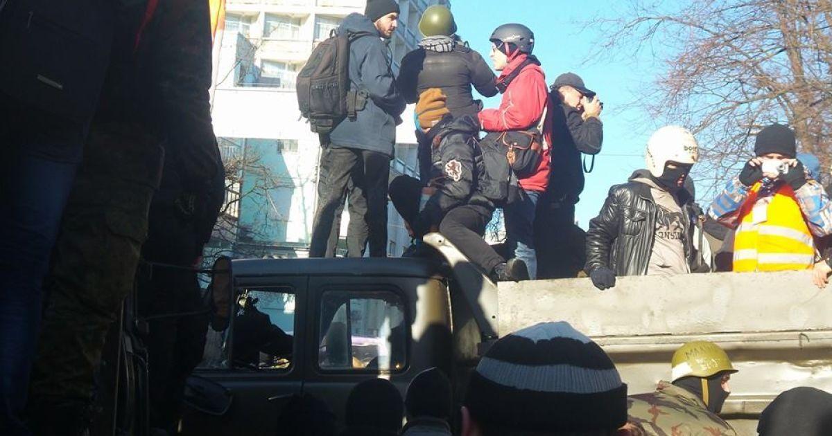 Демонстранты захватили грузовики силовиков на Грушевского @ Facebook/Валерия Кондратова