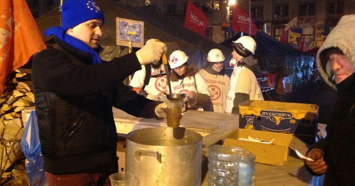 Людям наливают горячий чай @ facebook.com/andriy.parubiy