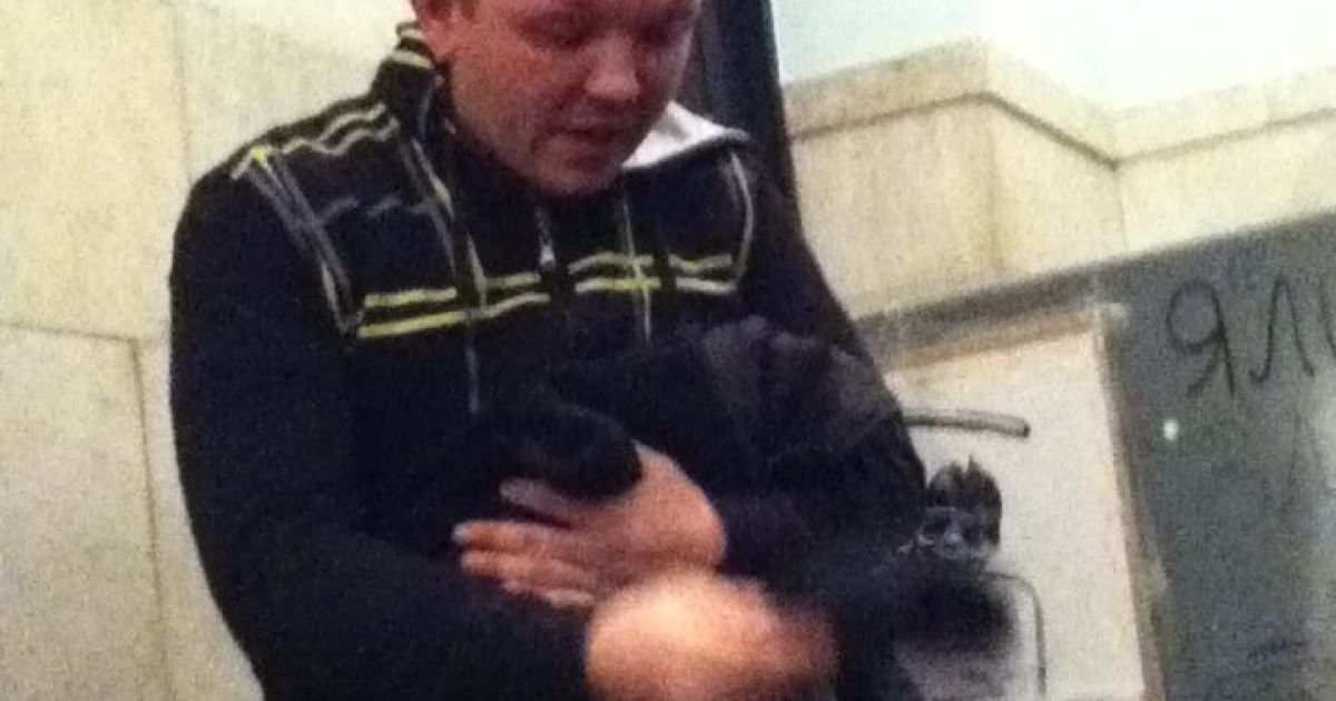 Мужчины пытались украсть колбасу на Майдане @ facebook.com/revolutionkyivrada
