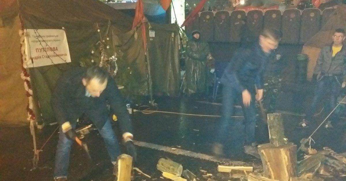 Нардепи навіть нарубали дров @ adme.ru