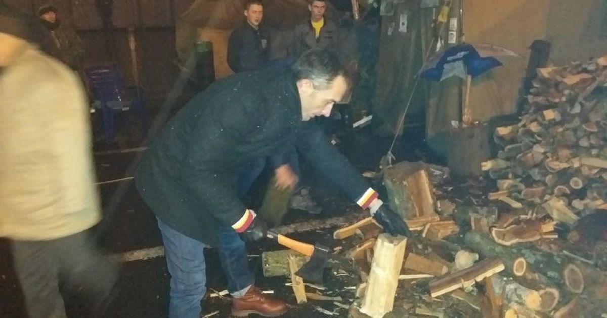Нардепи навіть порубали дрова @ adme.ru