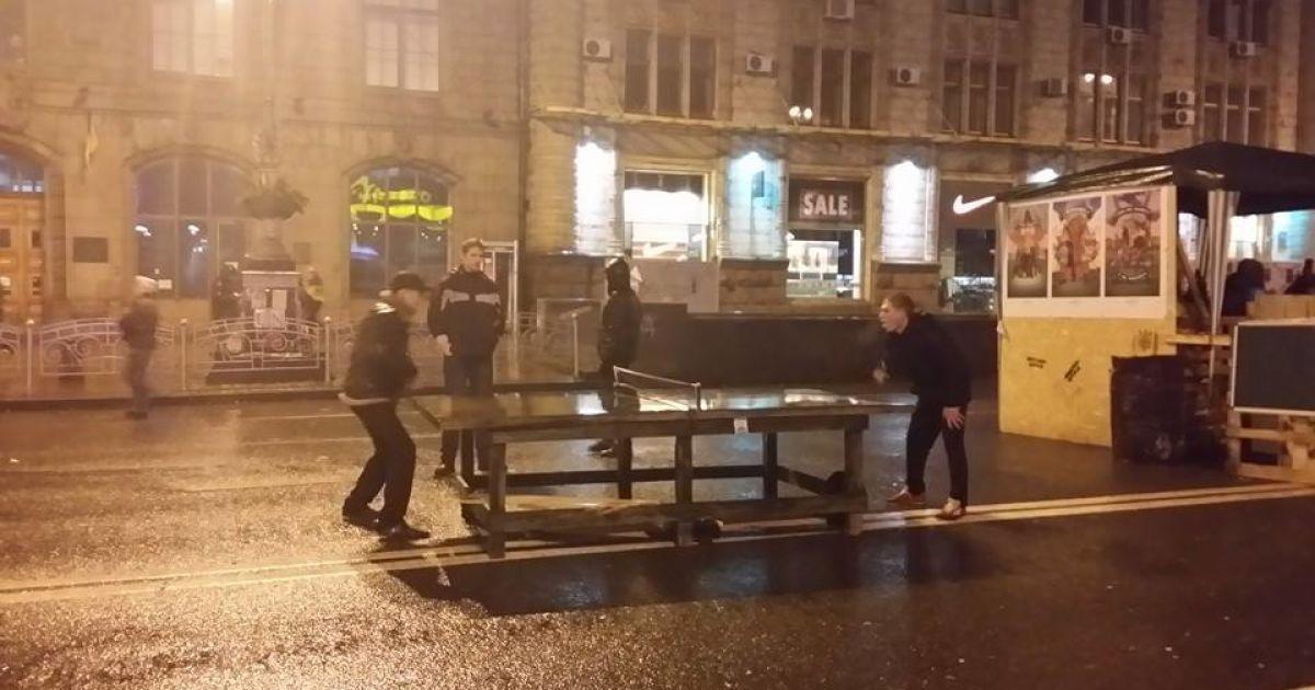 Люди грали у настільний теніс просто на вулиці @ adme.ru