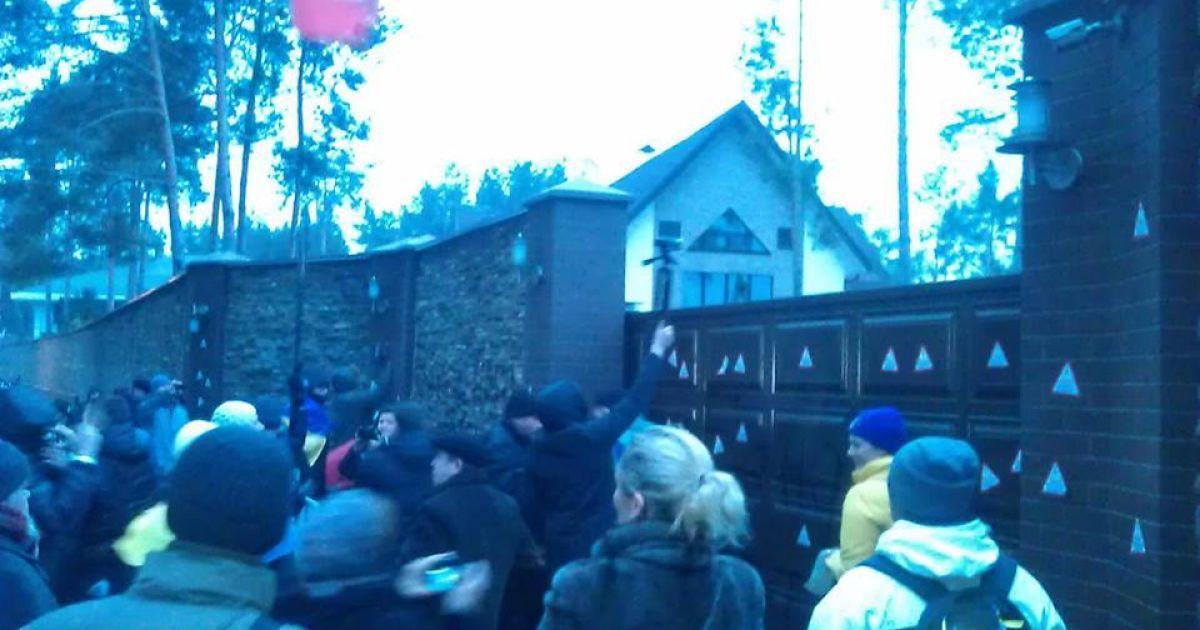 Евромайдановцы устроили пикет под домом Захарченко @ facebook.com/antykorupciya