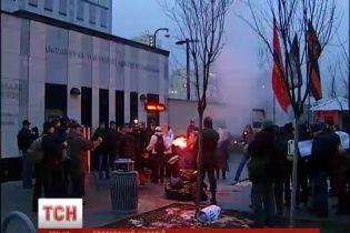Оппоненты Майдана пикетировали посольство США и сожгли портрет Виктории Нуланд