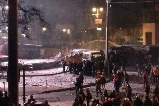 """16-й час противостояния на Грушевского: """"троянский конь"""", кобзарь и брусчатка для защиты"""