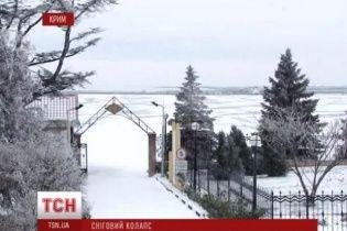 """У сніговій пастці """"сидить"""" шість областей і Крим: чистити дороги заважають кинуті авто"""