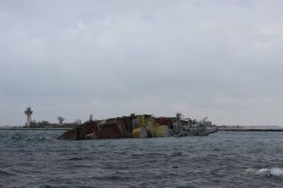 Появилось фото и видео затопленного российскими военными корабля в Крыму