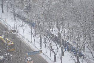 У центрі Києва колонами йдуть тисячі спортивних молодиків - опозиція