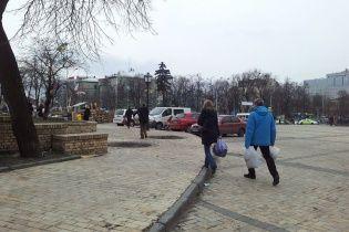 Люди нескончаемым потоком идут к Михайловскому собору с помощью