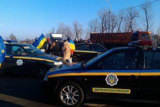 Біля Межигір'я євромайданівці зіштовхують машини міліції з дороги